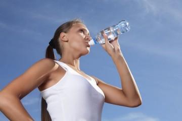Skal man drikke sportsdrik eller vand